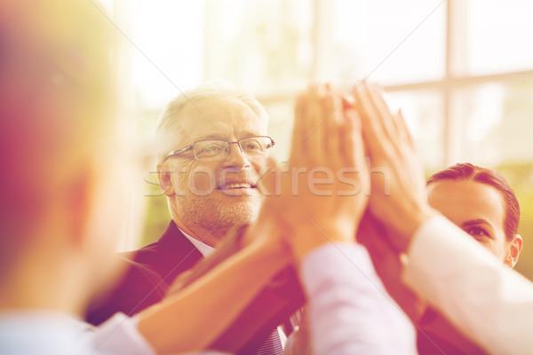 Gens d'affaires high five bureau travail d'équipe souriant Photo stock © dolgachov
