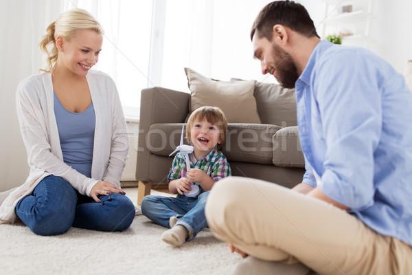 Famille heureuse jouer jouet éolienne famille énergies renouvelables Photo stock © dolgachov