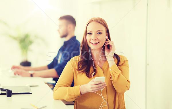 Nő fülhallgató okostelefon iroda üzlet startup Stock fotó © dolgachov