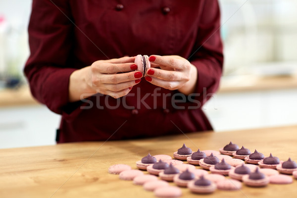 Küchenchef macarons Muscheln Sahne Kochen Süßwaren Stock foto © dolgachov