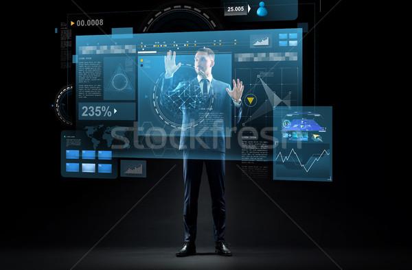 Biznesmen garnitur faktyczny projekcja działalności rzeczywistość Zdjęcia stock © dolgachov