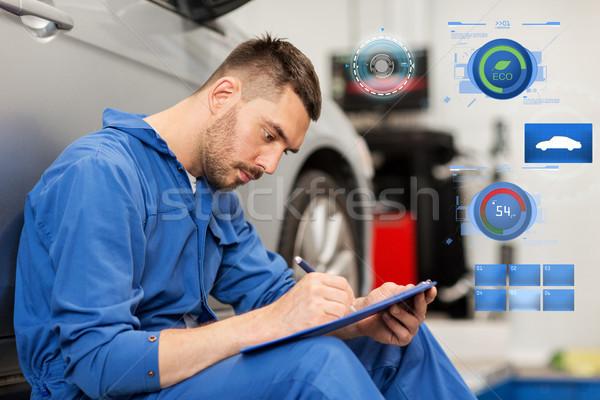 Mecánico de automóviles hombre portapapeles coche taller servicio Foto stock © dolgachov