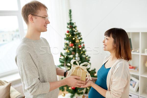 Marido Navidad presente embarazadas esposa embarazo Foto stock © dolgachov