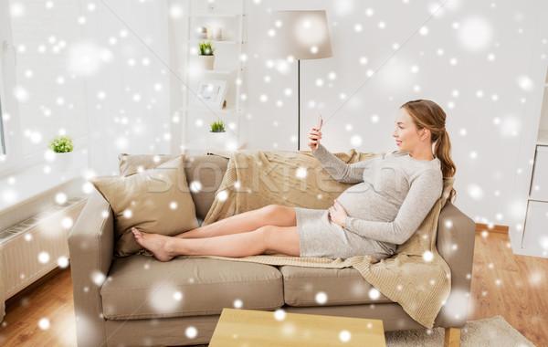 Zwangere vrouw smartphone home zwangerschap moederschap Stockfoto © dolgachov