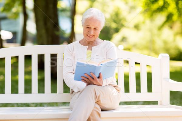 Feliz altos mujer lectura libro verano Foto stock © dolgachov