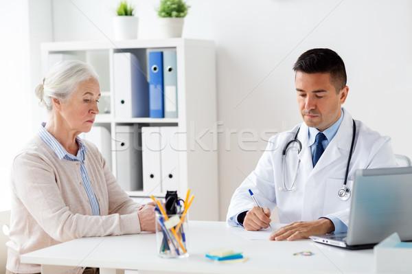 Kobieta lekarza recepta kliniki muzyka wiek Zdjęcia stock © dolgachov