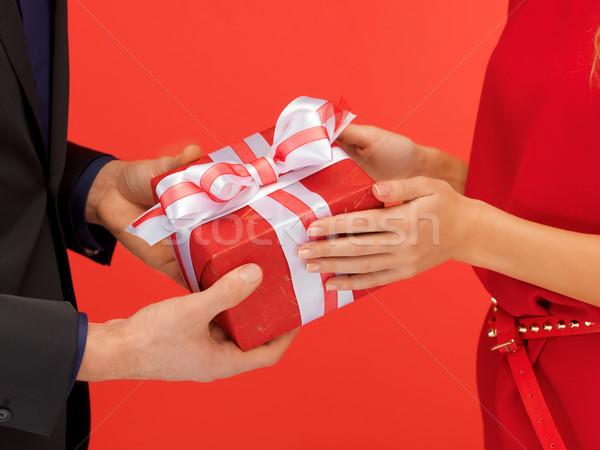 Uomo mani scatola regalo primo piano foto donna Foto d'archivio © dolgachov
