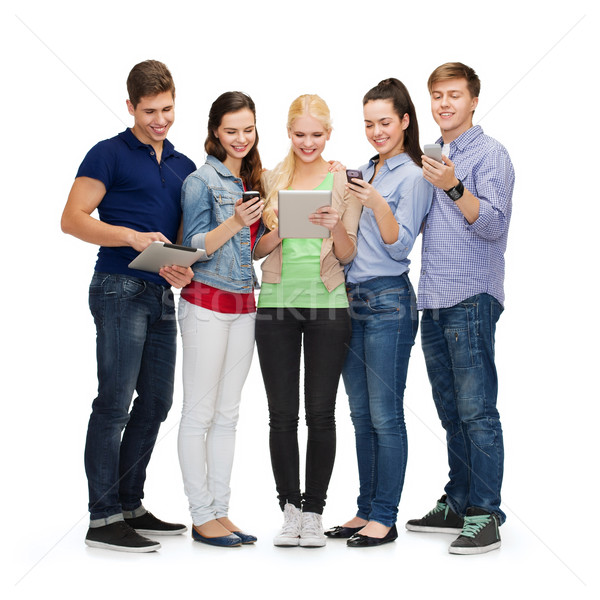 Foto stock: Sorridente · estudantes · smartphones · educação · moderno