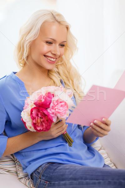 Mosolygó nő kártya virágcsokor virágok ünnep ünneplés Stock fotó © dolgachov