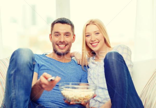 Foto stock: Sorridente · casal · pipoca · assistindo · filme · casa