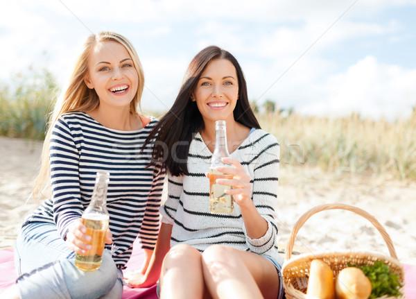 Сток-фото: счастливым · питьевой · пива · пляж · лет