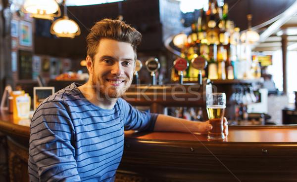 Gelukkig man drinken bier bar pub Stockfoto © dolgachov