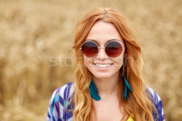 Glimlachend jonge hippie vrouw buitenshuis Stockfoto © dolgachov