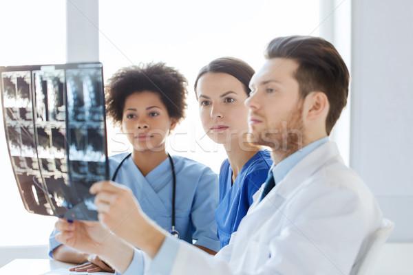 Foto d'archivio: Gruppo · medici · guardando · Xray · ospedale · radiologia