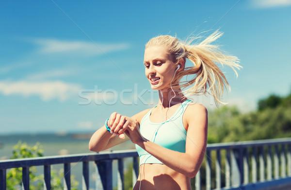 Feliz mulher freqüência cardíaca ver fitness Foto stock © dolgachov