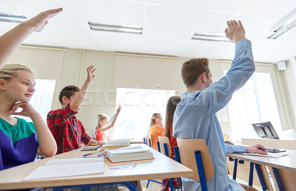 Grupo estudantes as mãos levantadas escola secundária educação aprendizagem Foto stock © dolgachov