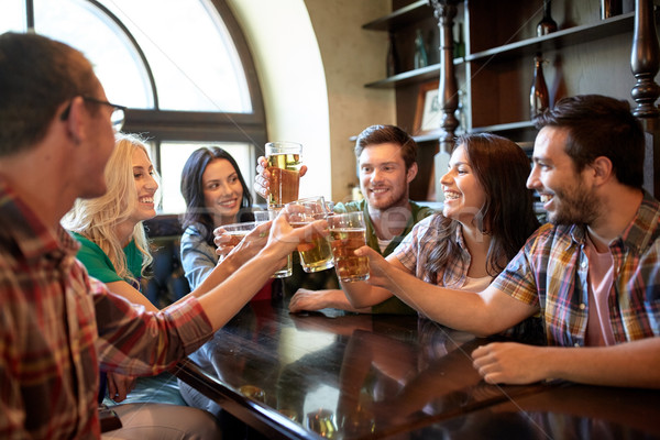 Szczęśliwy znajomych pitnej piwa bar publikacji Zdjęcia stock © dolgachov