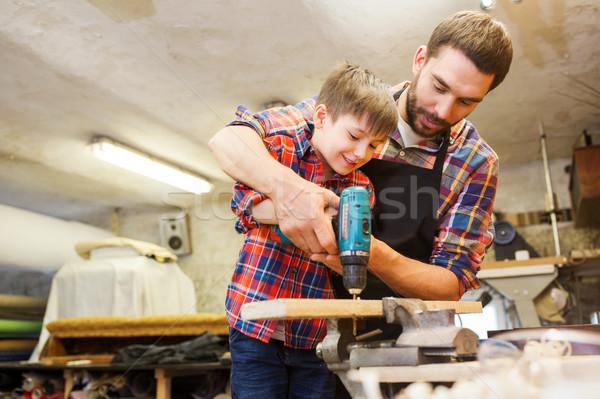 Syn ojca wiercenia pracy warsztaty rodziny stolarstwo Zdjęcia stock © dolgachov