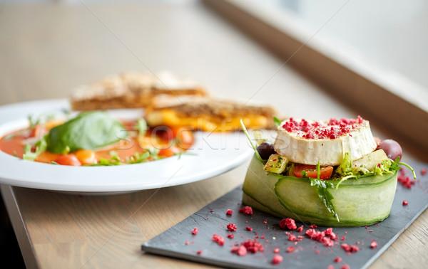 ヤギ乳チーズ サラダ スープ レストランの食べ物 料理の ストックフォト © dolgachov