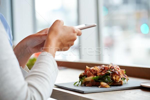 Mulher presunto salada restaurante de comida jantar Foto stock © dolgachov