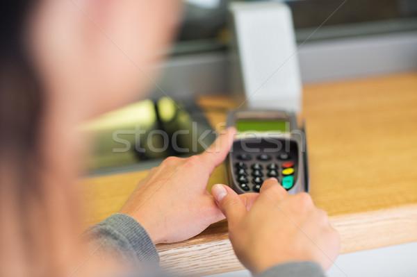 Mão pin código cartão leitor financiar Foto stock © dolgachov