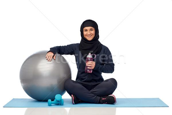 мусульманских женщину хиджабе фитнес мяча бутылку Сток-фото © dolgachov