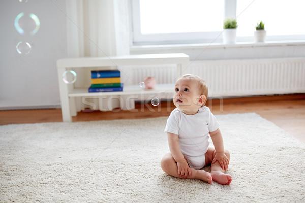Boldog baba szappanbuborékok otthon gyermekkor emberek Stock fotó © dolgachov