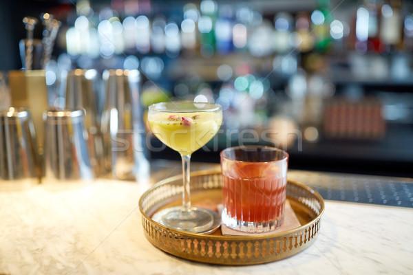 Foto stock: Bandeja · óculos · cocktails · bar · álcool · bebidas