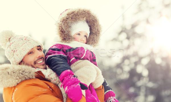 Szczęśliwą rodzinę zimą ubrania odkryty rodziny rodzicielstwo Zdjęcia stock © dolgachov