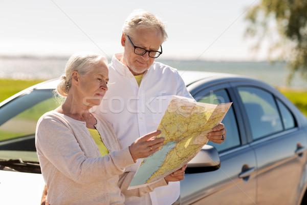 Pareja de ancianos coche mirando ubicación mapa carretera Foto stock © dolgachov