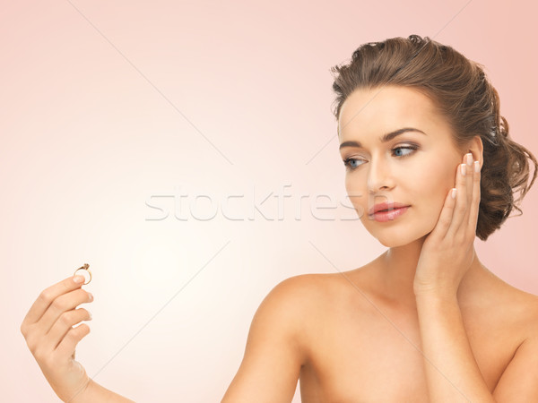 Femme alliance belle femme regarder pense main Photo stock © dolgachov