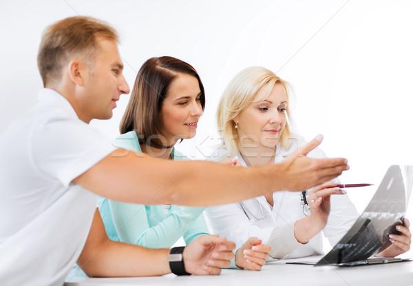 Lekarza patrząc xray opieki zdrowotnej medycznych człowiek Zdjęcia stock © dolgachov