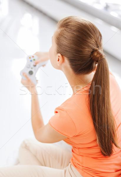 Mujer palanca de mando jugando videojuegos entretenimiento casa Foto stock © dolgachov