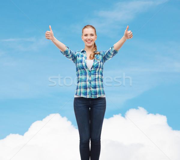 Glimlachend meisje toevallig kleding tonen Stockfoto © dolgachov