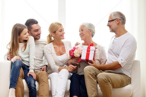 Família feliz monte caixa de presente casa família felicidade Foto stock © dolgachov