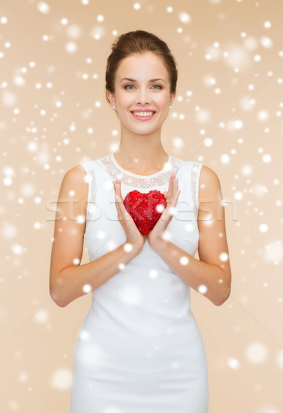 Femeie zambitoare rochie de culoare alba roşu inimă oameni concediu Imagine de stoc © dolgachov