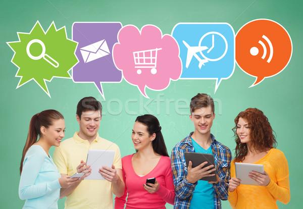 Gelukkig vrienden smartphones mensen communicatie Stockfoto © dolgachov