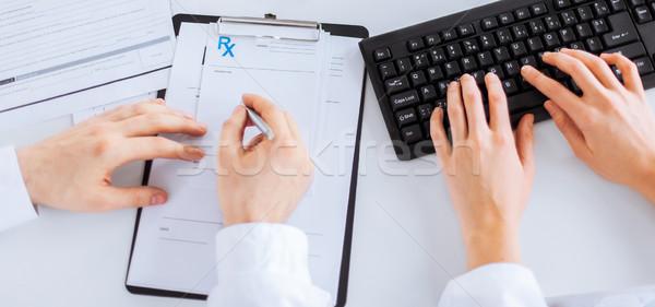 Foto stock: Médico · enfermeira · escrita · prescrição · papel · quadro