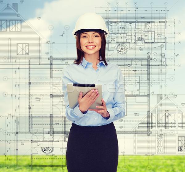 Jonge glimlachend zakenvrouw witte helm gebouw Stockfoto © dolgachov