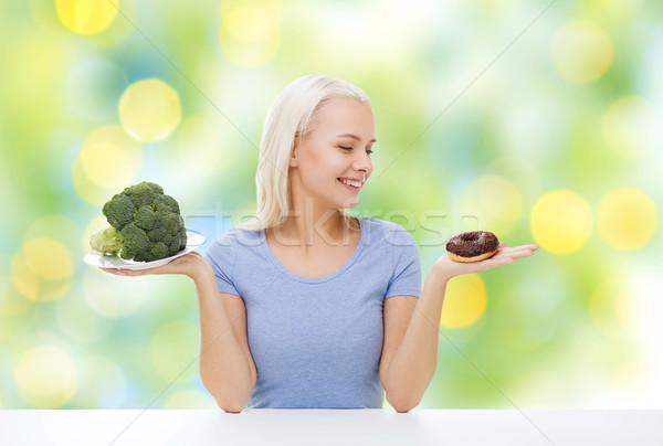 Mosolygó nő brokkoli fánk egészséges étkezés egészségtelen étel diéta Stock fotó © dolgachov