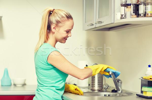 Boldog nő takarítás csap otthon konyha Stock fotó © dolgachov