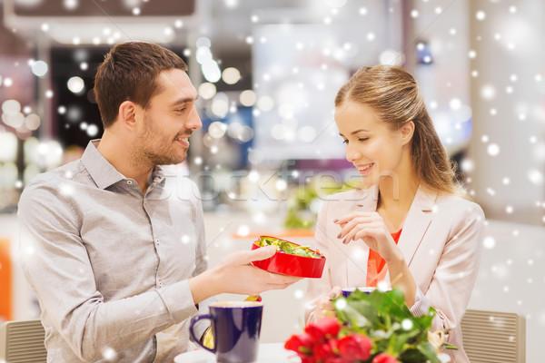 Gelukkig paar chocolade vak rozen mall Stockfoto © dolgachov