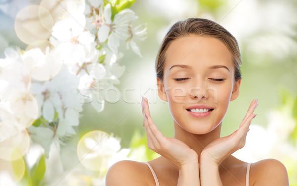 Sorridente mulher jovem cara mãos beleza pessoas Foto stock © dolgachov