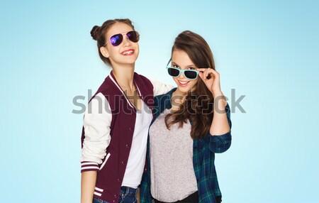 Foto stock: Feliz · sorridente · bastante · óculos · de · sol · pessoas