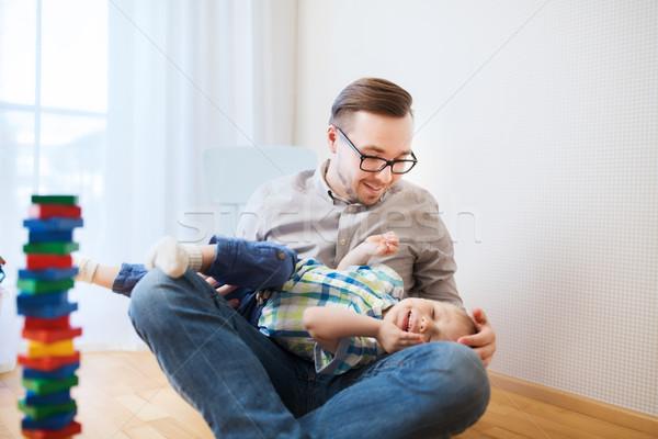 Père en fils jouer maison famille enfance Photo stock © dolgachov