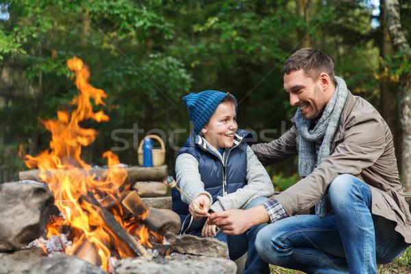 Baba oğul hatmi kamp ateşi kamp turizm yürüyüş Stok fotoğraf © dolgachov