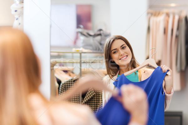 Feliz mulher roupa roupa armazenar espelho Foto stock © dolgachov