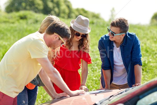 Mutlu arkadaşlar harita araba arama konum Stok fotoğraf © dolgachov