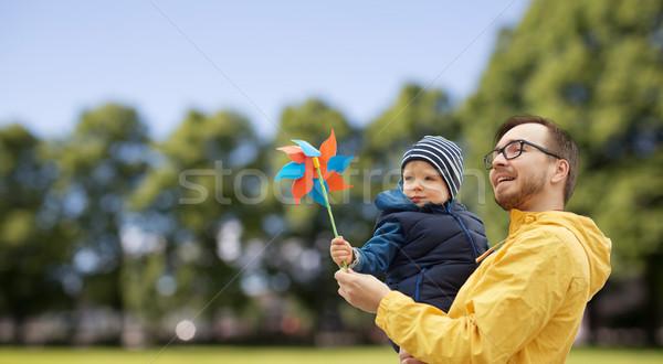 Felice figlio di padre giocattolo esterna famiglia infanzia Foto d'archivio © dolgachov