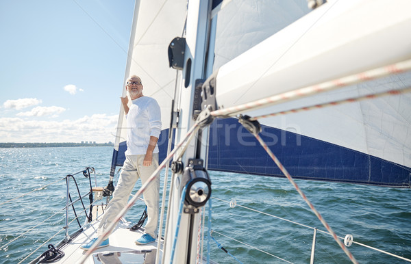 Altos hombre vela barco yate vela Foto stock © dolgachov